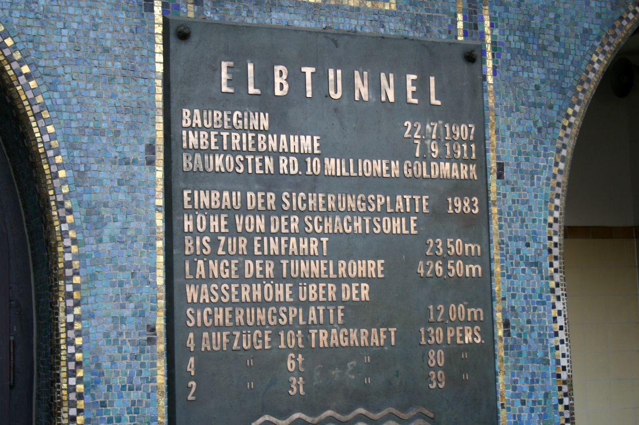 Schild am Eingang alter Elbtunnel Hamburg