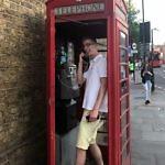 Karol beim Telefonieren
