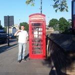 Robert an der roten Telefonzelle