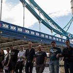 Teilnehmer vor der London Bridge
