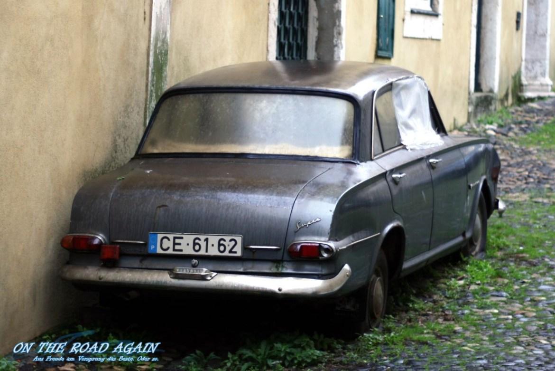 Alter Vauxhaul Super in Lissabonner Hinterhof