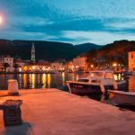 Hafen von Jelsa am Abend