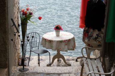 Tisch am Meer in Rovinj