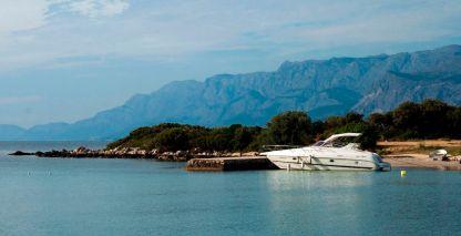 Yacht in der Bucht von Mlaska auf Hvar