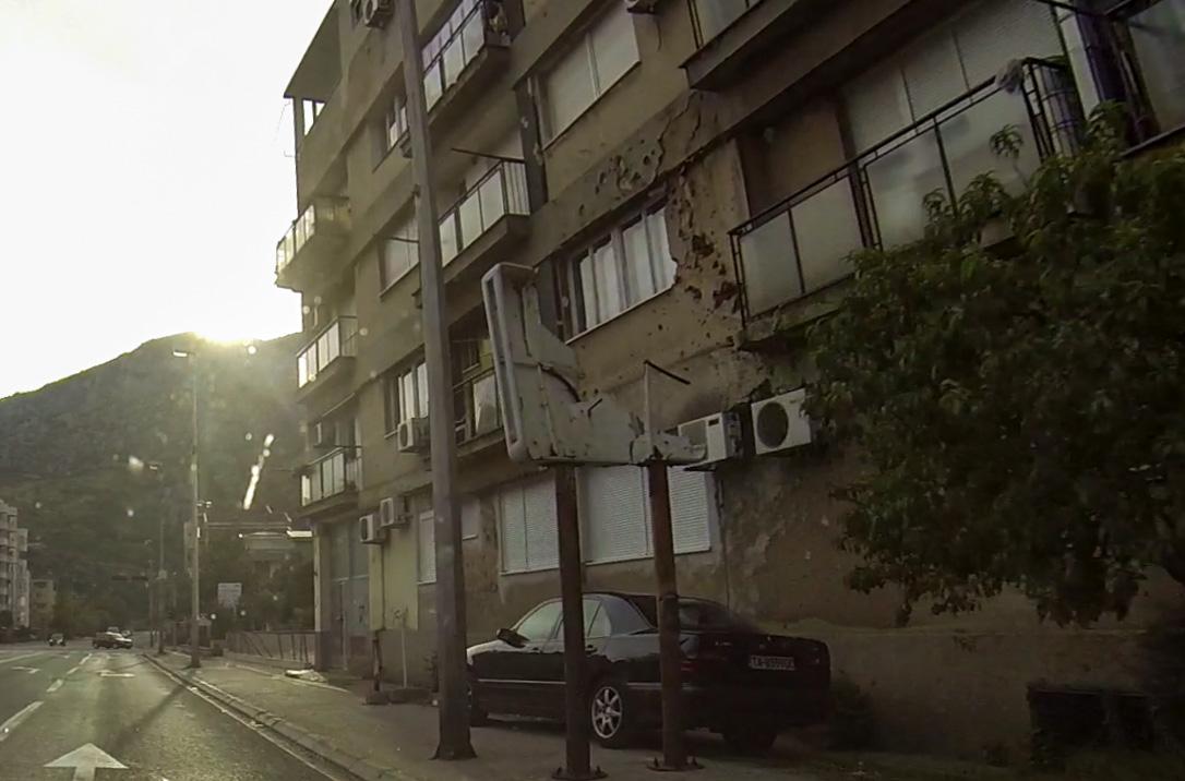 Zerstörtes Straßenschild in Mostar