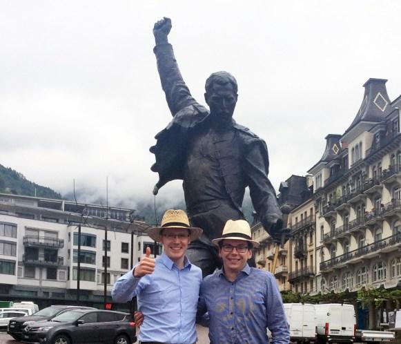 Team Strohhut an der Freddie Mercury Statue