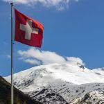Schweizer Flagge vor Bergpanorama