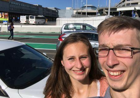 Karol und Janine am Flughafen