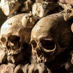 Schädelknochen in den Katakomben Paris