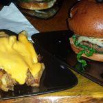 Bison Burger mit Cheese Fries bei Smokey Burger NYC