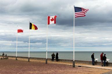 Flaggen am Omaha Beach