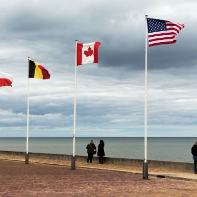 Flaggen am Omaha Beach