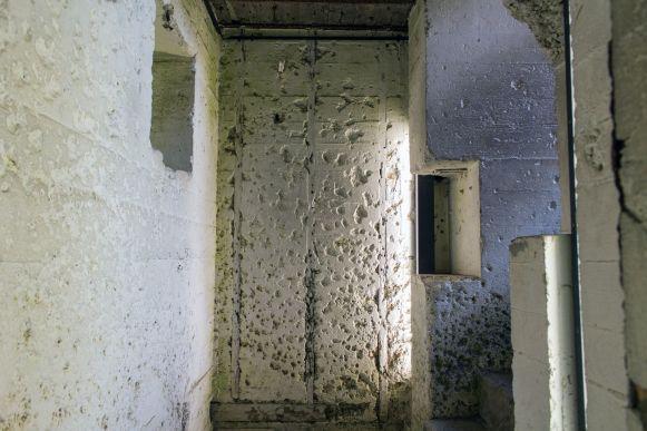 Schrapnellschäden am Bunkereingang