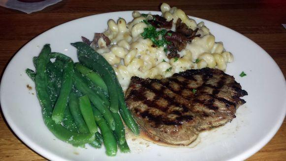 Steak mit Mac and Cheese und Bohnen bei Appeblees in New York City