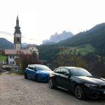 Ford Focus RS und BMW M2 vor Kirche