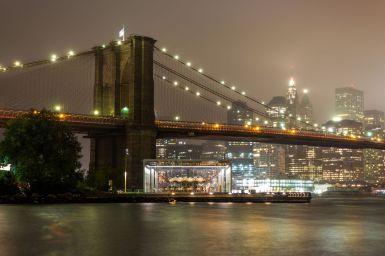 Brooklyn Bridge Pfeiler bei Nacht