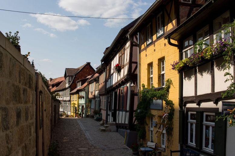 Kleine Gasse in Quedlinburg im Harz mit bunten Fassaden
