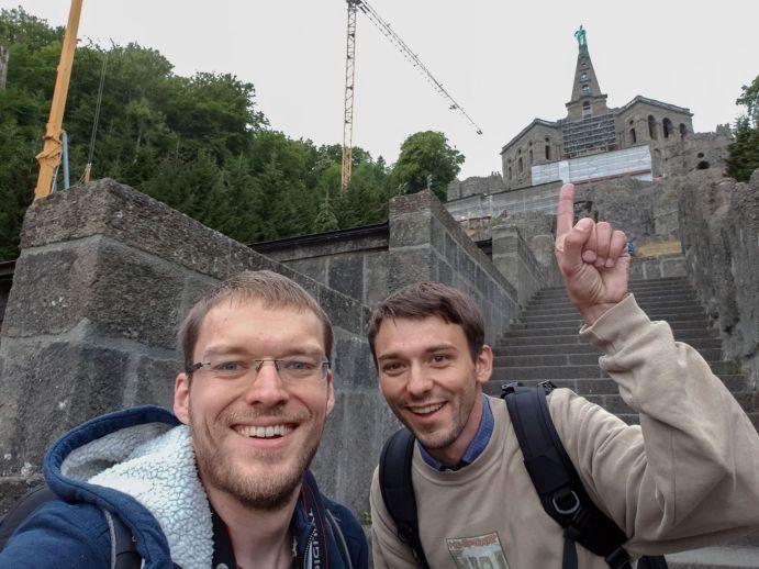 Robert und Willy an der Herkulessäule, Kassel