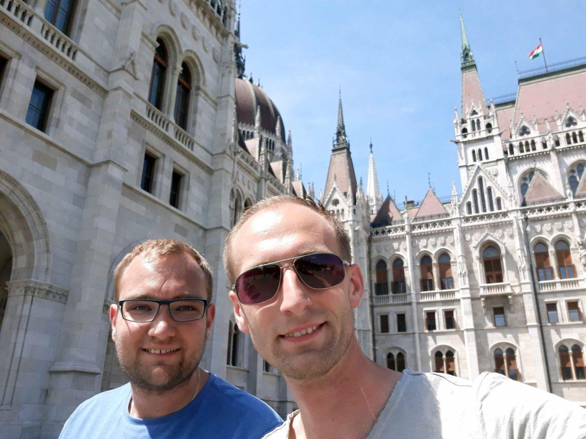 AllgäuRacing am ungarischen Parlament in Budapest