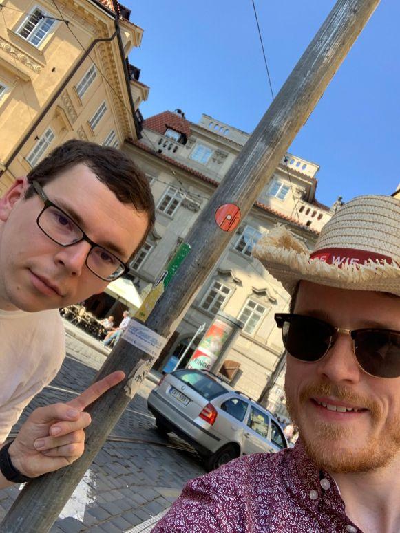 Uwe und Thomas finden einen OTRA-Aufkleber in Prag