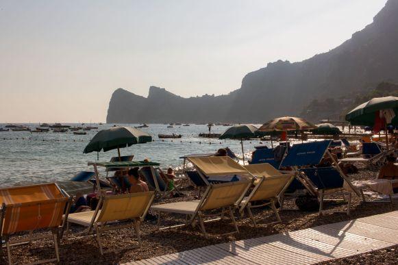Liegen am Strand von Marina del Cantone