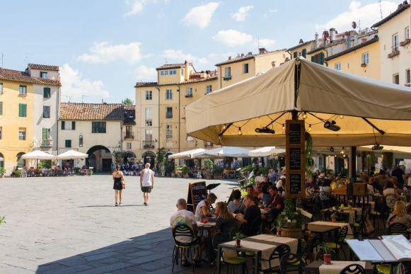 Restaurants auf dem Piazza dell Anfiteatro, Lucca, Italien