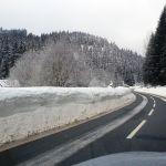 Verschneite Straße im Erzgebirge
