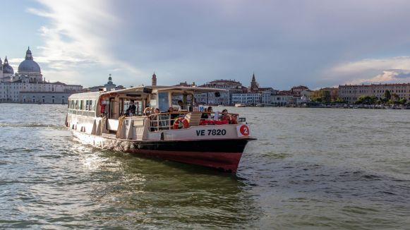 Vaporetto vor der Skyline von Venedig