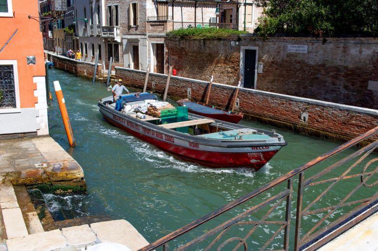 Bauboot in Venedig