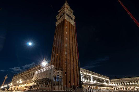 Markusturm in Venedig bei Nacht