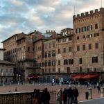 Piazzo del Campo mit Cafés und Geschäften, Siena, Italien