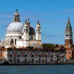 Santa Maria della Salute und Markusturm vom Wasser aus gesehen