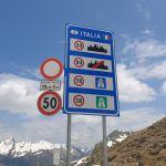 Italia Schild mit Geschwindigkeitsbegrenzungen
