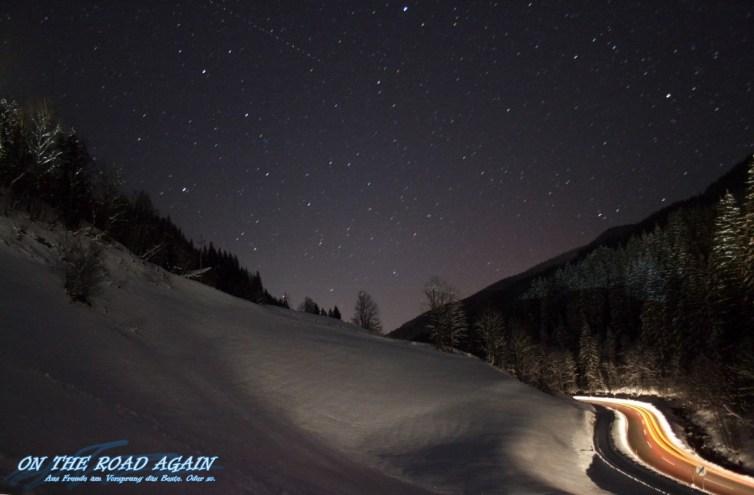 Straße bei Nacht im Skigebiet