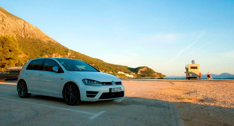 VW Golf R an der Adriaküste in Dalmatien, Kroatien