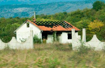 Haus mit eingefallenem Dach in Herzegowina