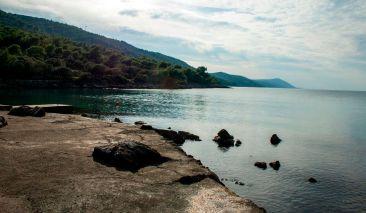 Steine in der Bucht von Mlaska auf Hvar