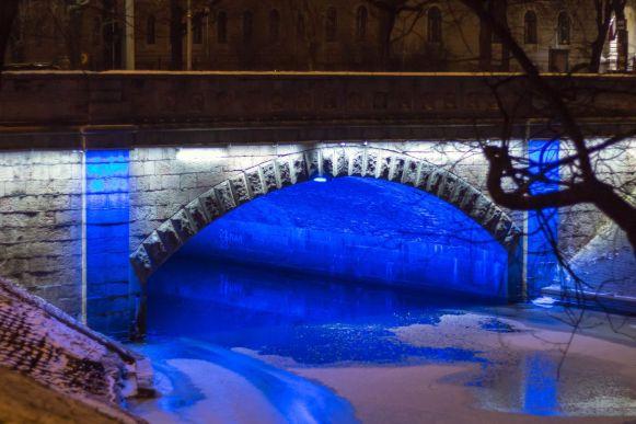 Beleuchteter Stadtkanal Riga