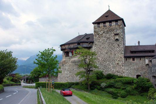 Audi TT Cabrio am Schloss in Liechtenstein