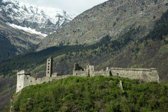 Burg an der Autobahn in Norditalien
