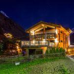 Beleuchtetes Hotelhaus in Zermatt