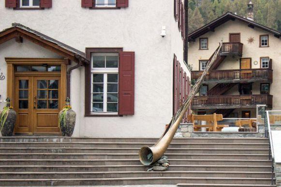 Großes Alphorn am Gemeindehaus Zermatt