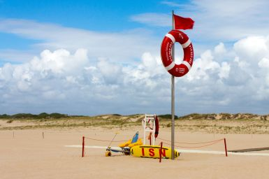 Rote Flagge am Strand in Portugal