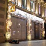 Obdachloser unter Rolex Schild in Paris