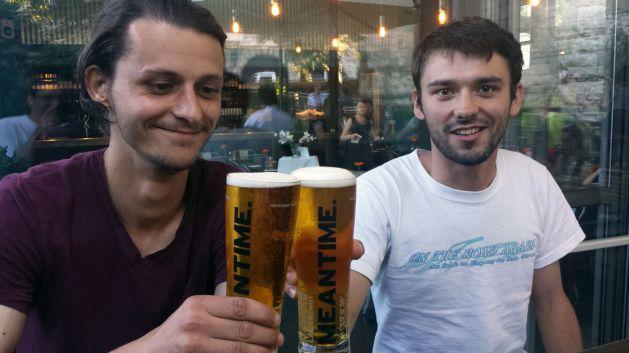 Gregor und Willy beim Bier
