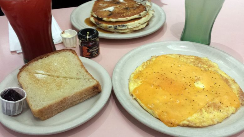Cheese Omlette, Toast und Pancakes im Lexington Candy Shop, NYC