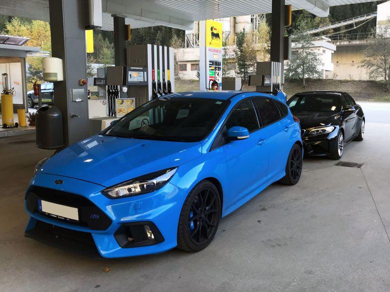 Ford Focus RS und BMW M2 an der Tankstellen