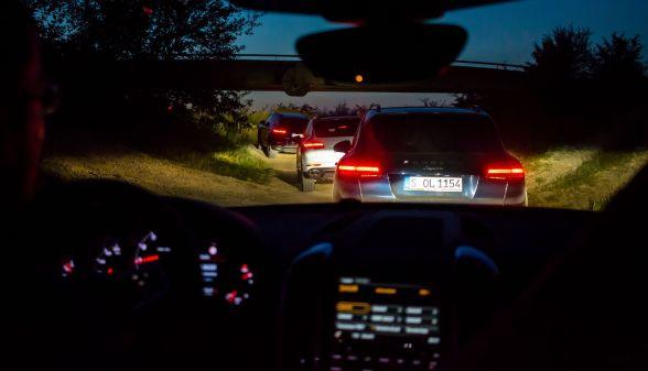 Porsche Cayenne Kolonne im Gelände