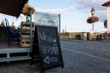 Weinverkauf beim Brückenshoppen in Würzburg