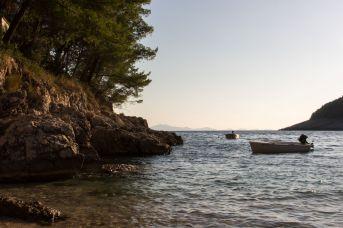 Kleine Fischerboote in der Bucht von Pupnatska Luka